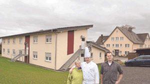 Beate und Wilhelm Johanning (von links) laden mit Kai Boerries und dem gesamten Mitarbeiter-Team zum Tag der offenen Tür ins Gasthaus und dem neuen Gästehaus (links im Bild) nach Eschershausen ein.
